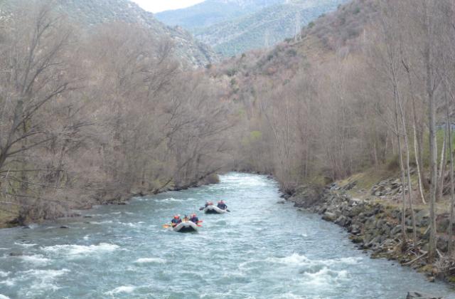 outdoor meeting rafting pyrenees
